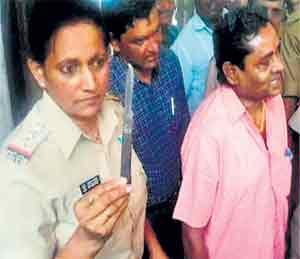 पोलिस निरीक्षक सुजाता यांनी संशयिताकडून चाकू जप्त केला. त्यांच्या शेजारी आरोपी राममिलन शर्मा. - Divya Marathi