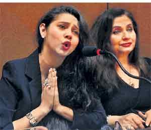 केरळ सरकारच्या निर्णयाविरोधात आयोजित पत्रकार परिषदेत सलमा आगा व तिची मुलगी शासा. - Divya Marathi