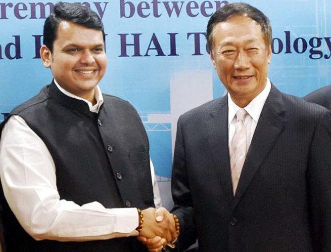 कंपनीचे अध्यक्ष टेरी गो आणि मुख्यमंत्री देवेंद्र फडणवीस यांनी या करारावर स्वाक्ष-या केल्या. - Divya Marathi