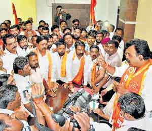 शिवसेनेचे लातूर संपर्कप्रमुख संजय सावंत यांच्या नेतृत्वाखाली आयुक्त तेलंग यांना घेराव घालण्यात आला.छाया : तम्मा पावले - Divya Marathi