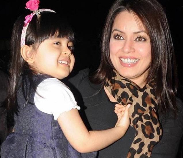 मुलगी आर्यनासोबत अभिनेत्री महिमा चौधरी - Divya Marathi