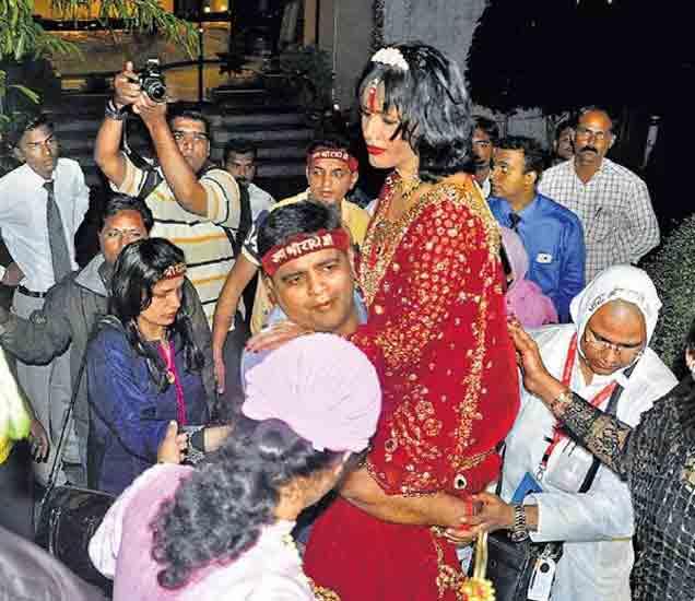 पत्रकारांनी प्रश्न विचारताच राधे माँने केला ड्रामा , बेशुद्ध होऊन कोसळली|औरंगाबाद,Aurangabad - Divya Marathi
