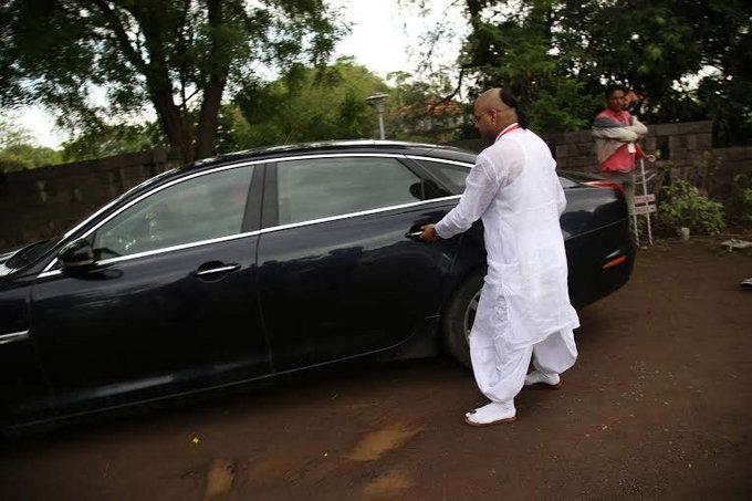 PHOTOS : राधे माँची  लग्जरी कार, चाक लाल तर सीटऐवजी बसवले सिंहासन|औरंगाबाद,Aurangabad - Divya Marathi