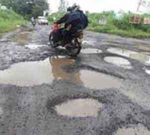 """अधिकाऱ्यांच्या घरांसमोर """"खड्डे खोदो' आंदोलन औरंगाबाद,Aurangabad - Divya Marathi"""