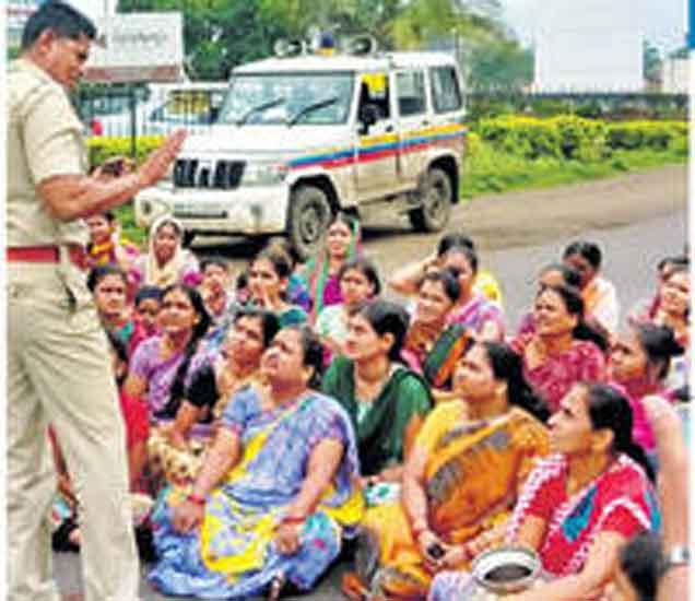 या आहेत पोलिसांच्या पत्नी, पाणीप्रश्नावर केले रास्ता रोको आंदोलन नाशिक,Nashik - Divya Marathi