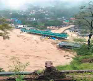 ढगफुटीमुळे धर्मपूरच्या बसस्थानकात पुराचे पाणी शिरले. त्यामुळे स्थानकाची अशी अवस्था झाली. - Divya Marathi