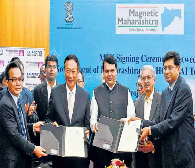 मुख्यमंत्री देवेंद्र फडणवीस आणि फॉक्सकॉन या जगातील सर्वात मोठ्या इलेक्ट्रॉनिक्स कंपनीचे संस्थापक व अध्यक्ष चेरी गोऊ यांनी मुंबईत सामंजस्य करारावर स्वाक्षऱ्या केल्या. - Divya Marathi