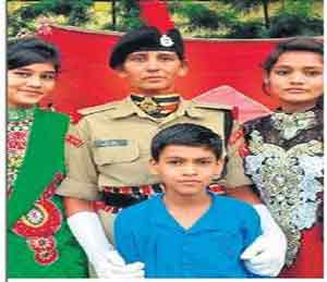 मुलांसमोर आईची पासिंग आऊट परेड  ४१ वर्षीय रीना यांच्या तिन्ही मुलांनी पासिंग आऊट परेड कार्यक्रमात आईला सॅल्यूट करताना पाहिले. - Divya Marathi