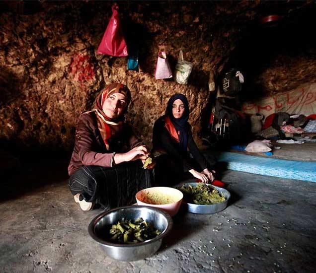 गुहेक राहणारे पॅलिस्टाइनच्या एका समुदायाचे लोक. - Divya Marathi