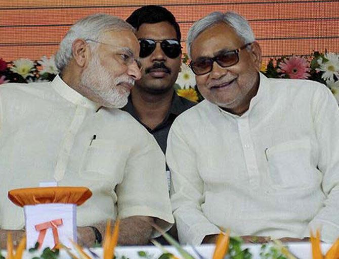एका कार्यक्रमात पंतप्रधान मोदी आणि बिहारचे मुख्यमंत्री नितीशकुमार एकत्र. - Divya Marathi
