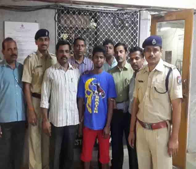 पोलिसांनी पकडलेला हाच तो तरुण. निळ्या टी शर्टमधला. - Divya Marathi