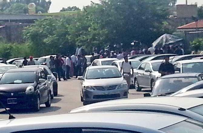 सोमवारी पाकिस्ताना इस्लामाबादमध्ये भूंकपानंतर भयभीत झालेले लोक घराबाहेर पडले. \'ट्विटर\'वर हे छायाचित्र शेअर झाले आहेत. - Divya Marathi