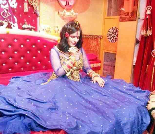 याच मखमली बेडवर राधे  माँ दर्शन देते. फाइल फोटो - Divya Marathi