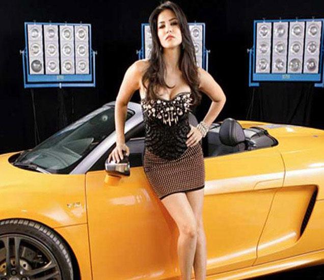 अभिनेत्री सनी लियोन Audi 5 मधून फिरते - Divya Marathi