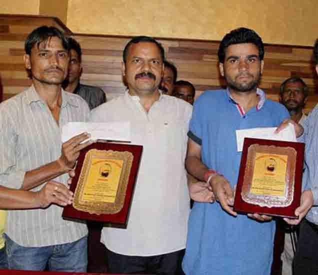 फाइल फोटो: विक्रमजित आणि राकेशला सम्मानित करताना जम्मू कश्मीर नॅशनल पँथर्स पार्टीचे अध्यक्ष बलवंत सिंह मनकोटिया. - Divya Marathi