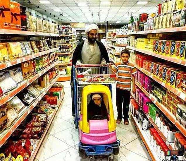 मॉलमध्ये मुलांबरोबर खरेदी करणारा सामान्य इराणी नागरिक. - Divya Marathi