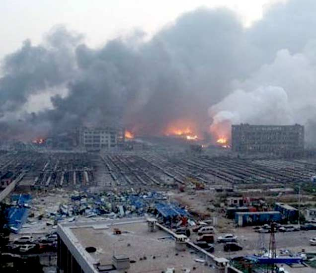 गुरुवारी सकाळपर्यंतही ही आग आटोक्यात आली नव्हती. - Divya Marathi