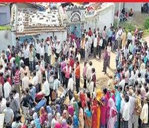 अंत्यसंस्काराच्या वेळी अमितच्या घराबाहेर नागरिकांनी मोठी गर्दी केली होती. - Divya Marathi