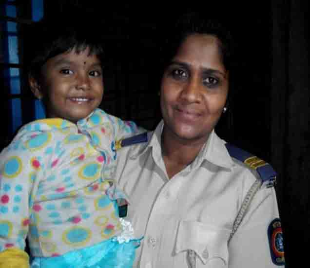 पोलिस कर्मचाऱ्यांसोबत असलेली चिमुकली वंदना - Divya Marathi