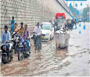 गुरुवारी दुपारनंतर झालेल्या मुसळधार पावसामुळे अमरावतीकरांची तारांबळ उडाली. रस्त्यांवरही पाणीच-पाणी साचले हाेते. छाया:मनीष जगताप - Divya Marathi