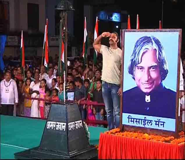 रात्री 12 वाजता राष्ट्रध्वजाला अभिवादन करताना नागरिक. - Divya Marathi
