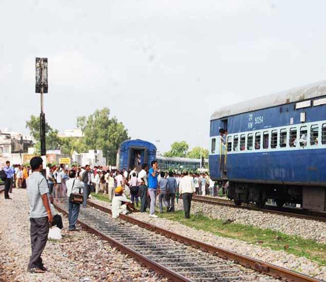 12 डबे मागे सोडून बरेच अंतर पुढे गेली इंटरसिटी ट्रेन, प्रवासी थोडक्यात बचावले|देश,National - Divya Marathi