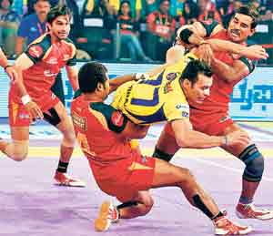 प्रो कबड्डी लीग : पाटणा पायरेट्सचा ३५-१८ ने पराभव,  यू मुंबा, बंगळुरू फायनलमध्ये|स्पोर्ट्स,Sports - Divya Marathi