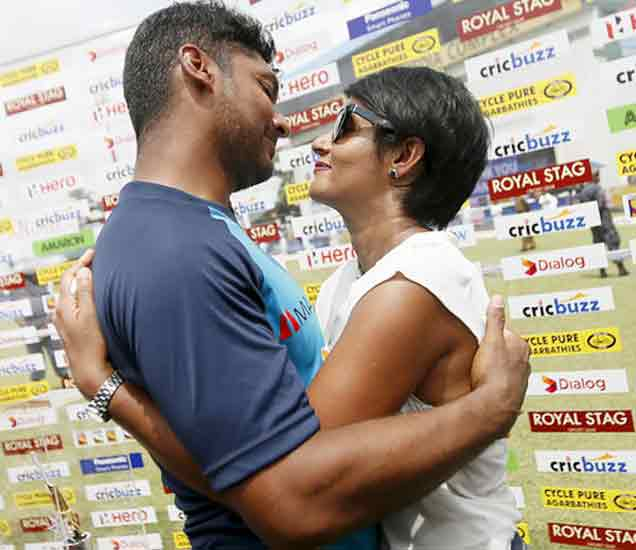 PHOTOS: फेअरवेलमध्ये संगकाराच्या डोळ्यांत दाटले अश्रू, पत्नीला केले किस स्पोर्ट्स,Sports - Divya Marathi
