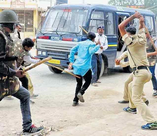 गुजरात हिंसा: कारच्या काचा फोडताना दिसले पोलिस, CCTV फुटेज आले समोर देश,National - Divya Marathi