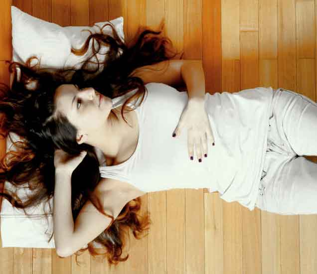 फर्शीवर झोपणे आरोग्यासाठी आहे चांगले, जाणुन घ्या का...|देश,National - Divya Marathi