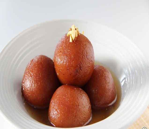 झटपट तयार होणारे ब्रेड गुलाब जामुन आणि ब्रेड रोल, वाचा रेसिपी...  - Divya Marathi