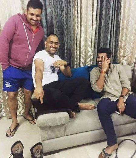 अमेरिकेत मित्रांसह मस्ती करतोय धोनी, शेअर केले काही विशेष PHOTO|स्पोर्ट्स,Sports - Divya Marathi