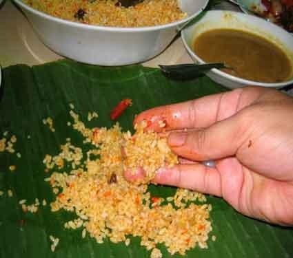 चमच्याने जेवण करता का...वाचा, हाताने जेवण करण्याचे 3 आरोग्यवर्धक फायदे...| - Divya Marathi
