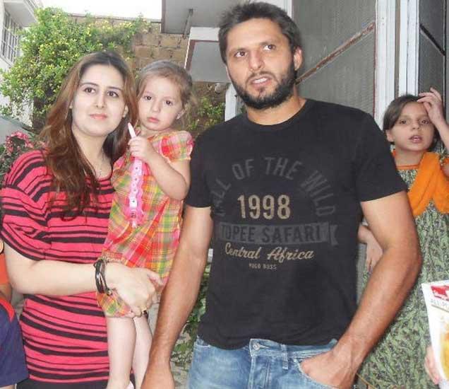 शाहिद आफ्रिदीने मामाच्याच मुलीशी केले लग्न, पण टीचर होती \'पहला पहला प्यार !\'|स्पोर्ट्स,Sports - Divya Marathi