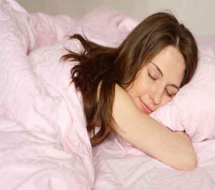 तरुणींच्या झोपण्याच्या पध्दतीवरुन जाणुन घ्या, त्यांना कसे तरुण आवडतात...| - Divya Marathi
