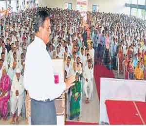 शेतकऱ्यांना वाऱ्यावर सोडणार नाही, परिवहनमंत्री दिवाकर रावते यांचे प्रतिपादन|सोलापूर,Solapur - Divya Marathi