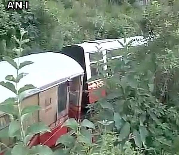 PHOTOS: कल्का-सिमला रेल्वेमार्गावर टॉय ट्रेन घसरली, 2 विदेशी पर्यटक मृत्युमुखी|देश,National - Divya Marathi