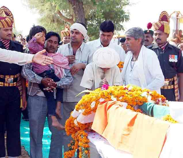 शहिद पित्याला चितेवर पाहून मुलाने दिली सलामी, गोळी लागूनही दोघांचा केला खात्मा देश,National - Divya Marathi