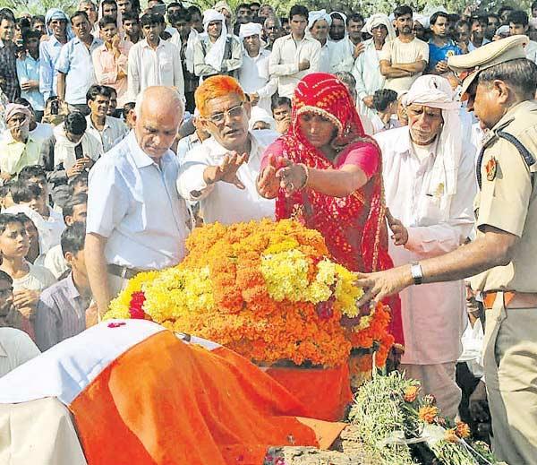 PHOTOS: पाकिस्तानशी लढताना शहिद झाला सुपुत्र, पार्थिव बघून बेशुद्ध झाली पत्नी, मुलगी देश,National - Divya Marathi