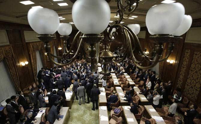 जपान : बिल पास होऊ नये म्हणून खासदारांची धक्काबुक्की, हाणामारी विदेश,International - Divya Marathi