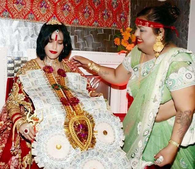 गळ्यात नोटांचा हार घालत होती राधे मॉ, भाविक करायचे मेकअप मुंबई,Mumbai - Divya Marathi