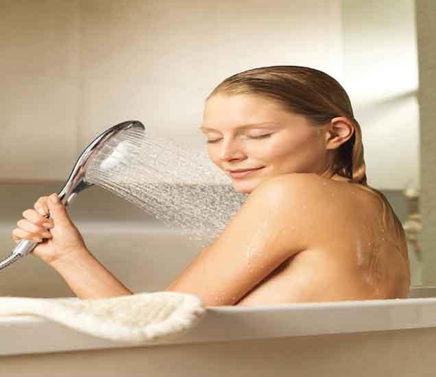 शारीरिक सौंदर्य टिकवून ठेवण्यासाठी करा गार पाण्याने अंघोळ, खास 5 फायदे...| - Divya Marathi