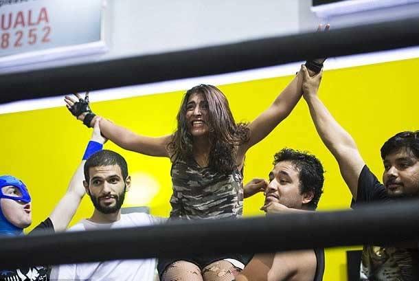 बुरख्याची बंधने तोडून ही अरब तरुणी करते पुरुषांना चित, नाव आहे ज्युली हंटर विदेश,International - Divya Marathi