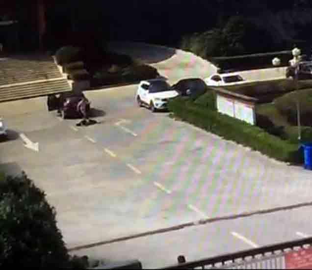 CCTV फुटेज - चीनमध्ये एकाने पत्नी आणि बॉयफ्रेंडला कारने चिरडले, युवक ठार विदेश,International - Divya Marathi