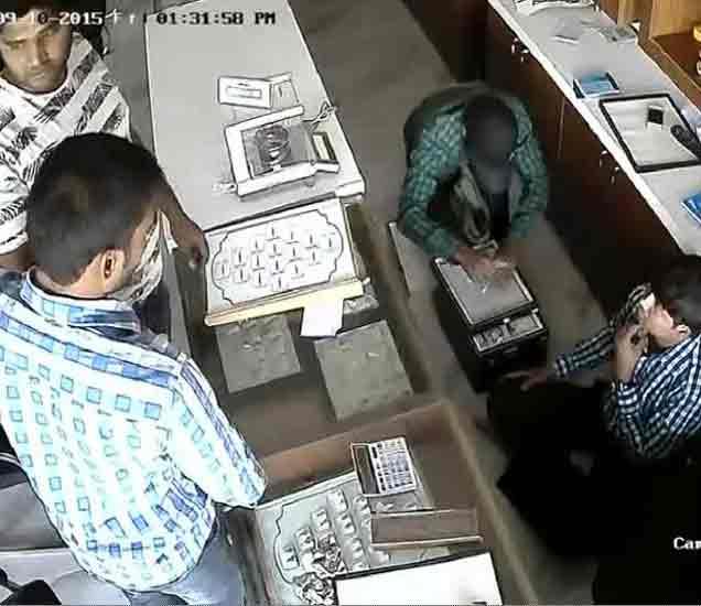 बंदुकीचा धाक दाखवून तिघांनी लुटले ज्वेलर्स, CCTV फुटेज पोलिसांच्या हाती देश,National - Divya Marathi
