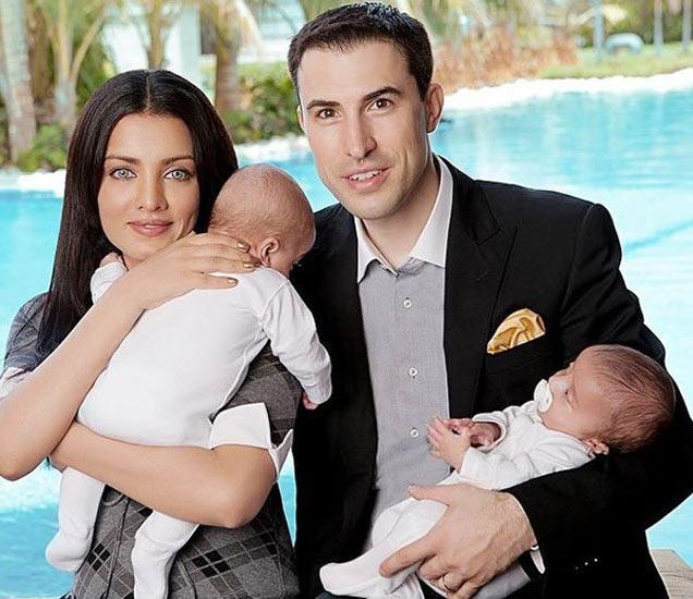 पती पीटर हॅग आणि जुळ्या मुलांसोबत सेलिना जेटली - Divya Marathi