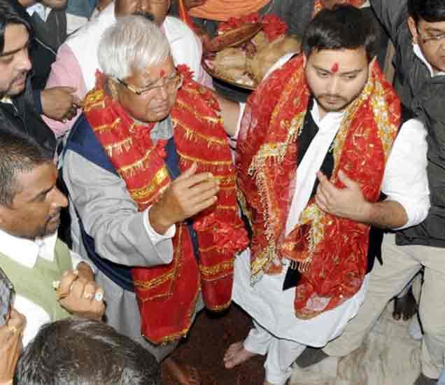 देवडी मंदिरात लालू आणि त्यांचा मुलगा तेजस्वी यांनी पूजा केली होती - फाइल फोटो - Divya Marathi