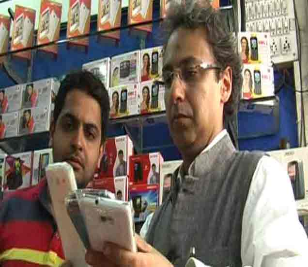 फोनची तपासणी करताना सॅमसंगचे अधिकारी. - Divya Marathi