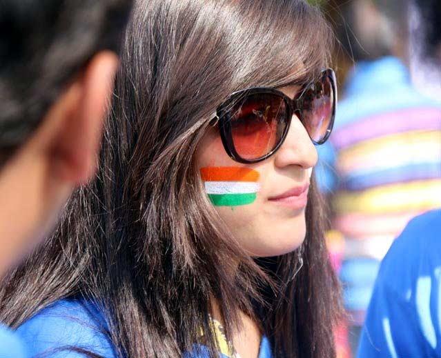 टीमला चीअर करायला आल्या Female Fans, रणरणत्या उन्हात पाहिली मॅच|देश,National - Divya Marathi