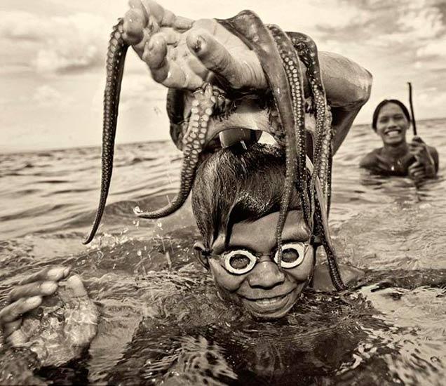 ना जमीन ना नागरिकत्व, पाण्यावर आयुष्य काढताय हे लोक, पाहा त्यांची LIFE|देश,National - Divya Marathi